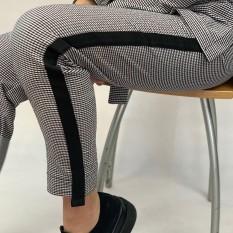 Dvispalvės kelnės su juoda juostele iš tekstūrinio audinio