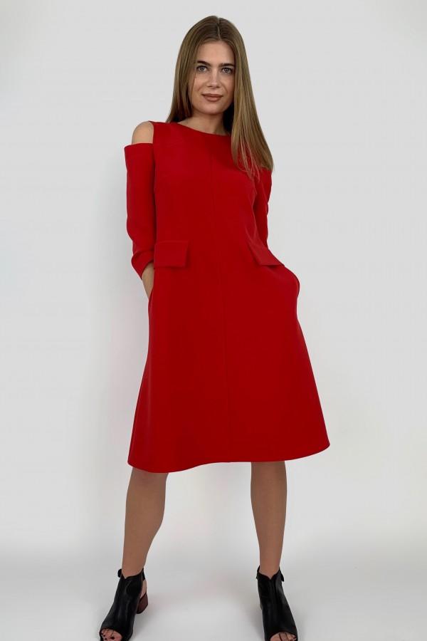 Raudona suknelė su prakirptais pečiais