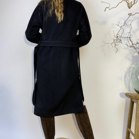 Juodos spalvos paltas iš kašmyro vilnos