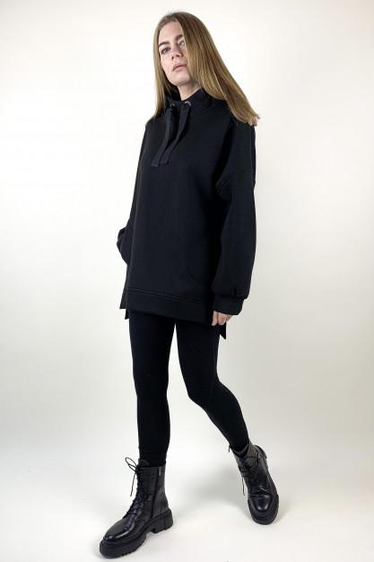 Juodos spalvos džemperis su gobtuvu