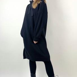 Juodos spalvos suknelė su gobtuvu