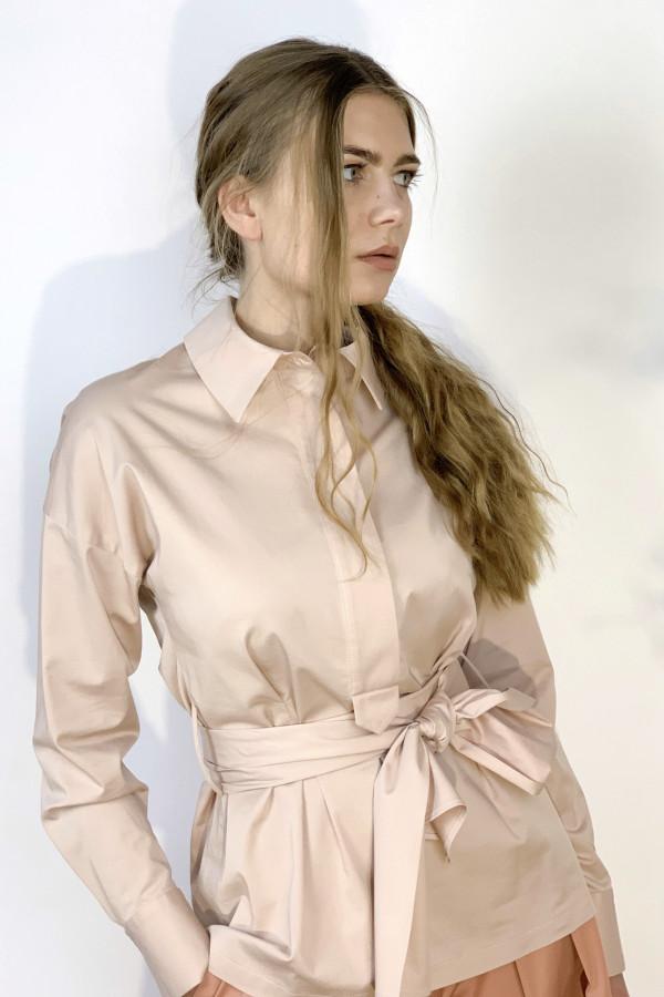 Švelniai rausvos spalvos marškiniai su diržu