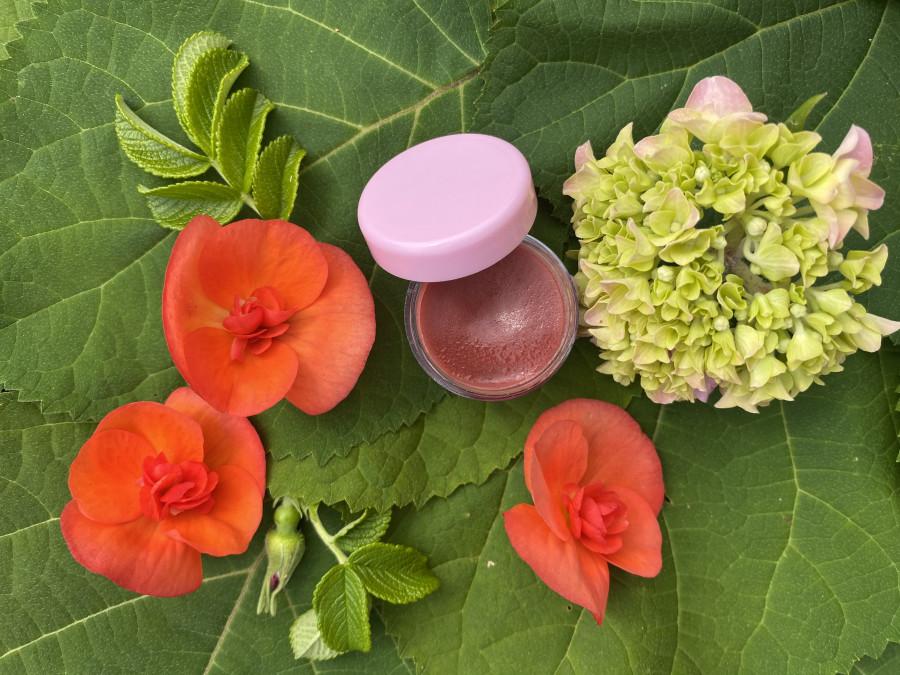 Atspalvį suteikiantis lūpų balzamas su vitaminais A, C, E