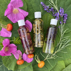 Kvapnūs aliejai su rožių, levandų arba jazminų žiedlapiais